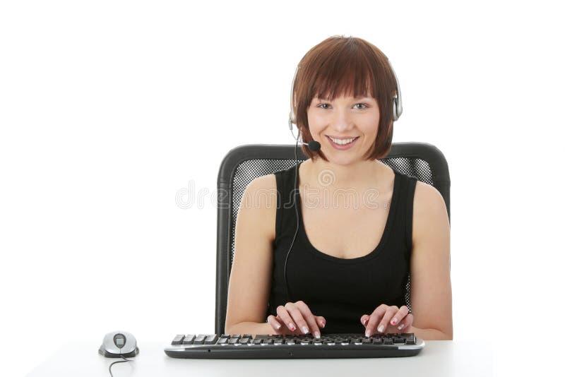 Femme de l'adolescence à l'aide du PC photos libres de droits