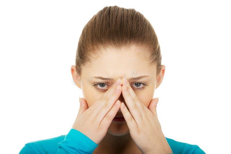 Femme de l'adolescence avec douleur de sinus image stock