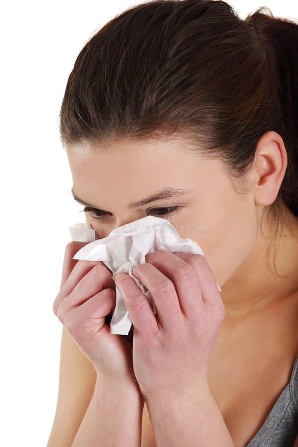 Femme de l'adolescence avec l'allergie ou le froid photographie stock libre de droits
