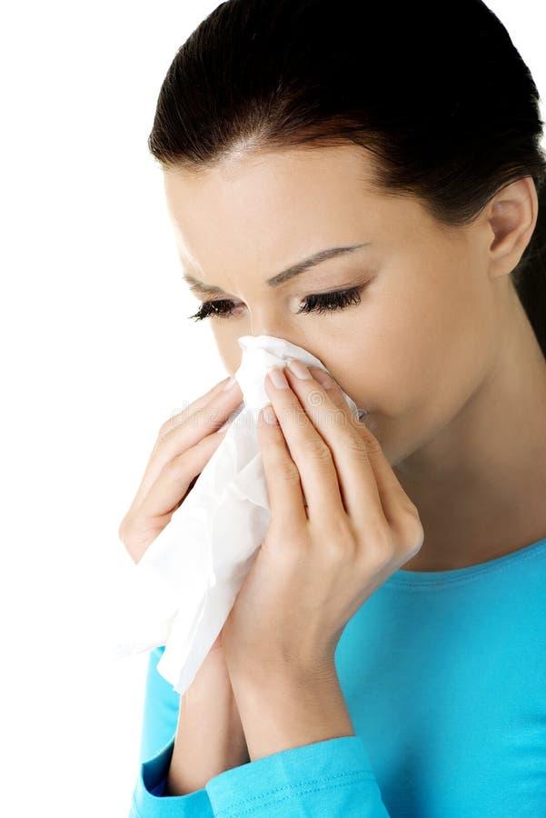 Femme de l'adolescence avec l'allergie ou le froid images stock