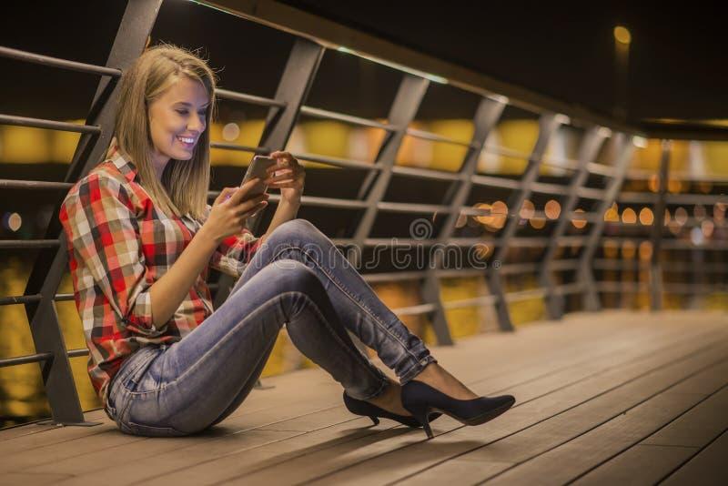 Femme de l'adolescence malheureuse de portrait de plan rapproché jeune, parlant au téléphone portable photo libre de droits