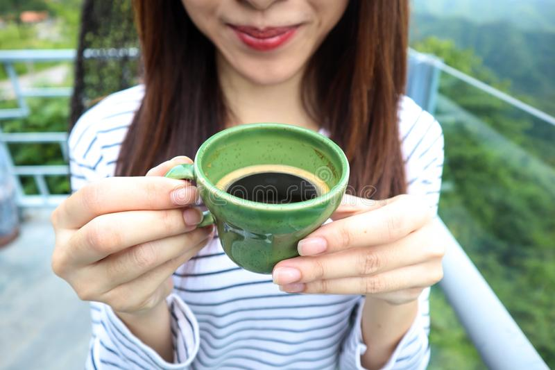 Femme de l'Asie appréciant le beau matin serein regardant le ciel du paysage de paysage de nature de montagnes commençant le café photographie stock libre de droits
