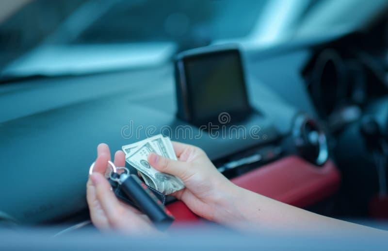 Femme de l'Asie de main de plan rapproché s'asseyant dans sa nouvelle voiture blanche montrant des clés, tenant le concept person image stock