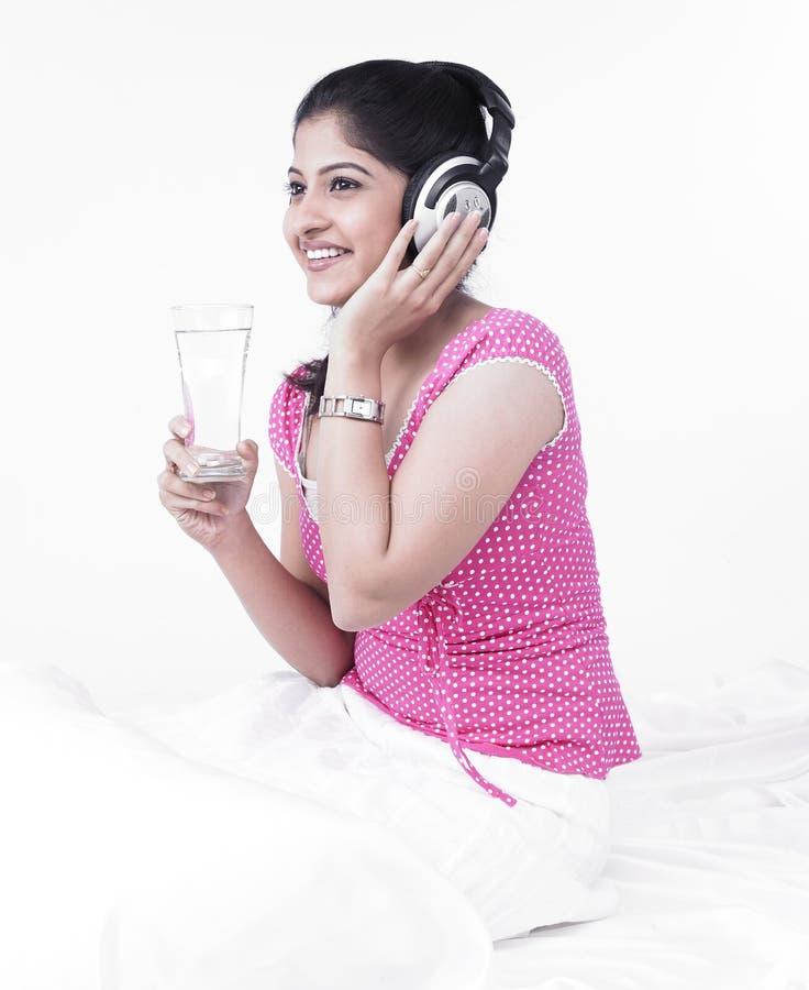 femme de l'eau en verre de boissons photo libre de droits