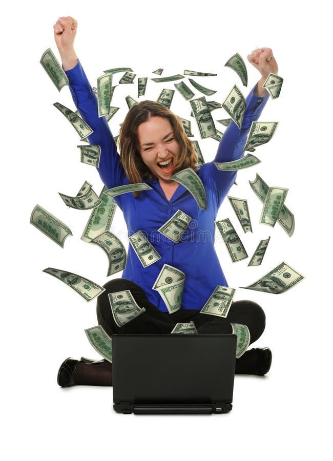 femme de l'ordinateur portatif avec de mouche des dollars à l'extérieur photographie stock libre de droits