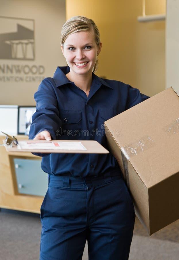 Femme de la distribution présent la réception d'expédition images stock
