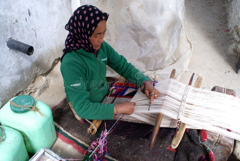 Femme de Ladakhi tissant un tapis images libres de droits