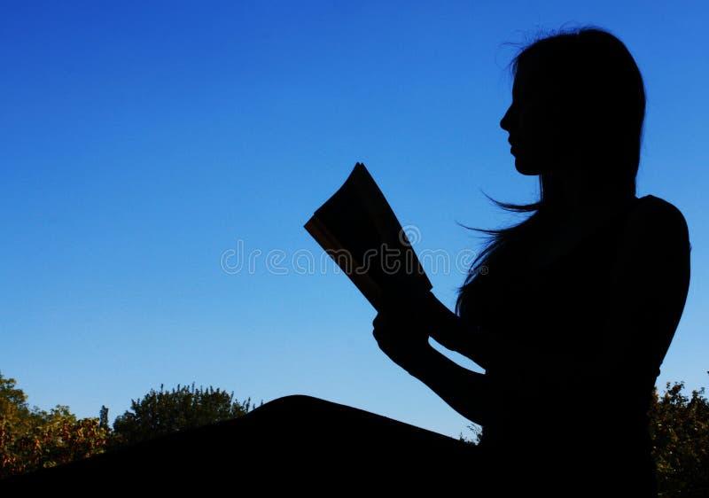 Femme de lecture photographie stock