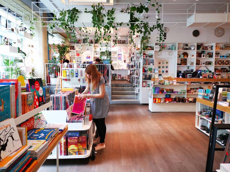Femme de libraire au module de Carturesti - une biblioth?que visuelle de culture photographie stock