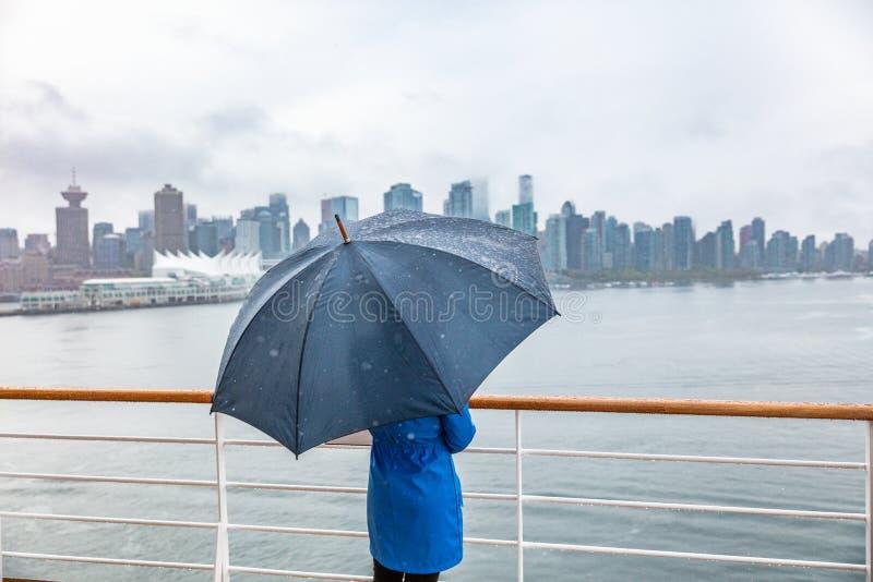 Femme de luxe de croisière de voyage laissant l'horizon de observation gauche de ville de Vancouver sous la pluie avec le paraplu photos libres de droits