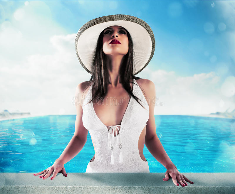 Femme de luxe dans la piscine photos stock
