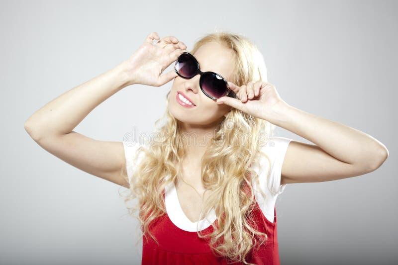 Femme de luxe de beauté dans des lunettes de soleil photos stock