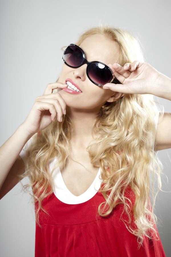 Femme de luxe de beauté dans des lunettes de soleil images libres de droits