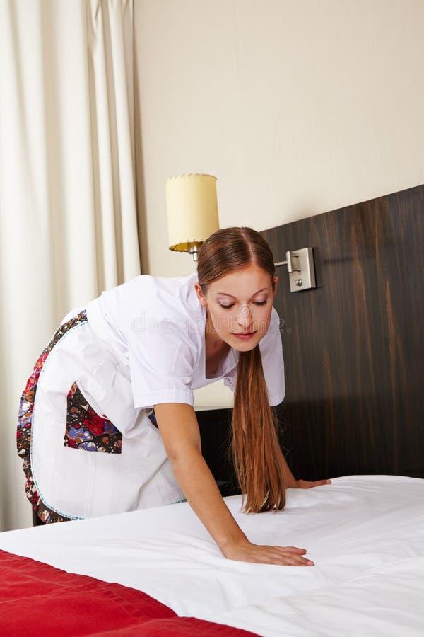 femme de m nage dans l 39 h tel faisant le lit photo stock image du fonctionnement femme 31492856. Black Bedroom Furniture Sets. Home Design Ideas