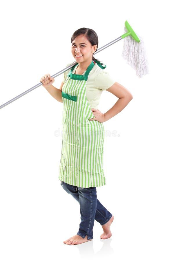 Femme de ménage gaie et son balai, plein corps photo libre de droits