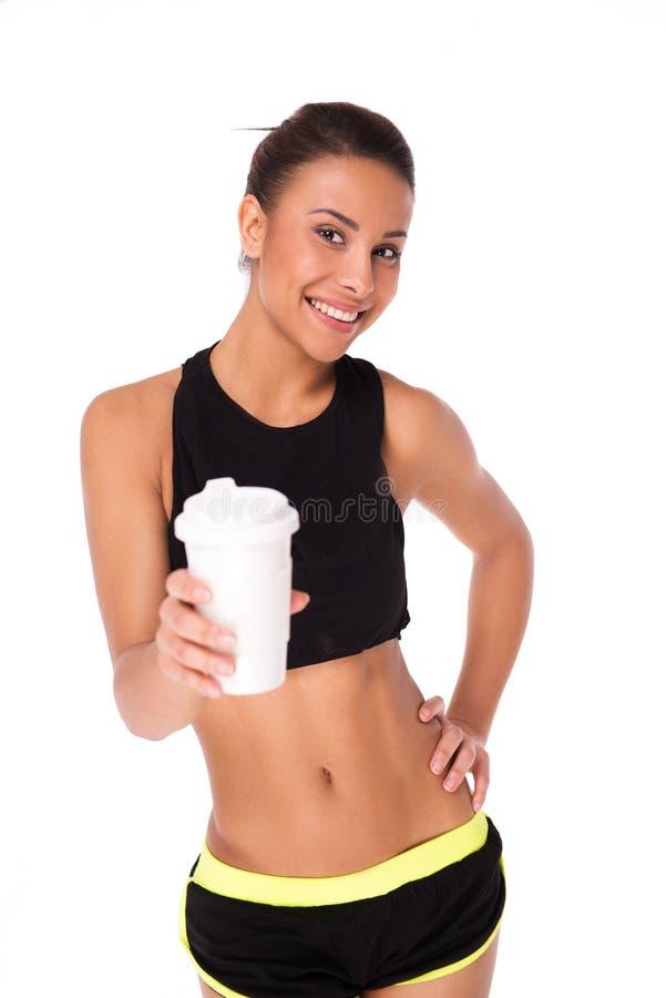 Femme de métis avec une tasse de café photo stock