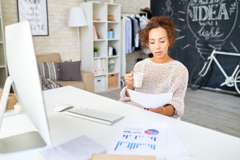 Femme de métis travaillant dans le bureau moderne photos stock