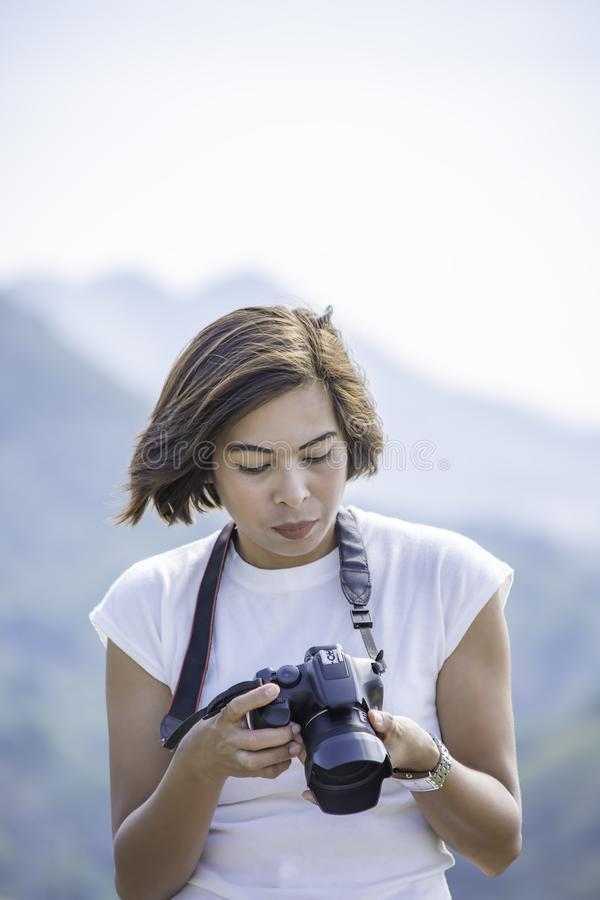 Femme de main tenant le phetchaburi de barrage de Kaeng Krachan de fond de caméra, Thaïlande photo libre de droits