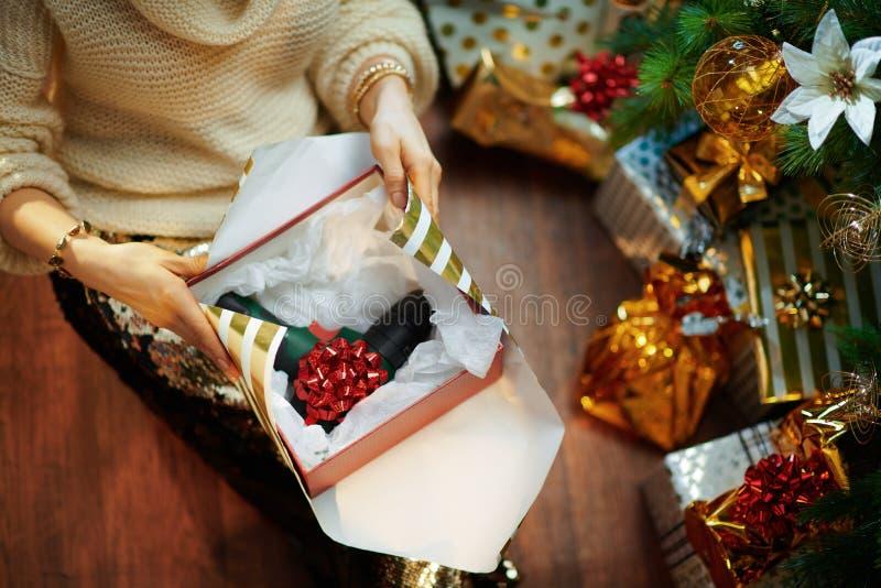 Femme de maison enveloppant le tournevis cadeau de Noël pour lui photo libre de droits