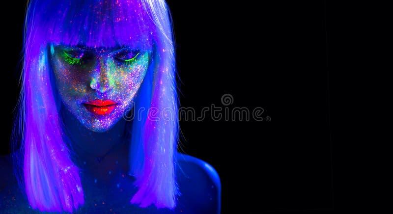 Femme de mannequin dans la lampe au néon Belle fille modèle avec le maquillage fluorescent lumineux coloré d'isolement sur le noi image libre de droits