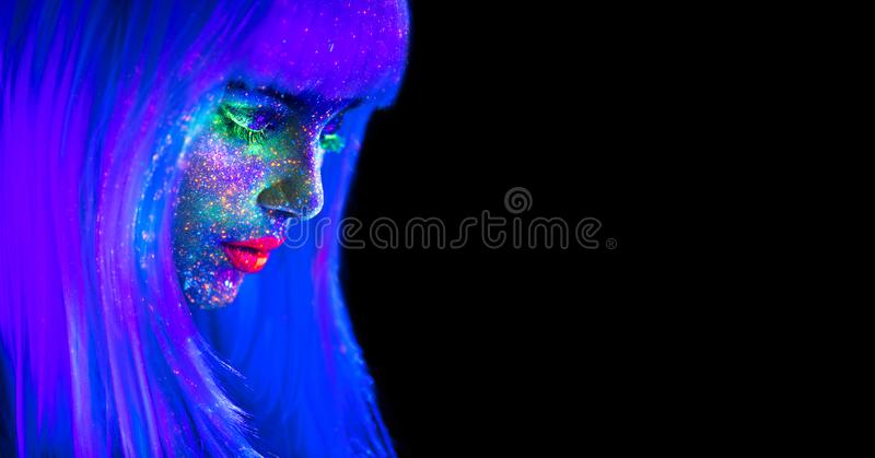Femme de mannequin dans la lampe au néon Belle fille modèle avec le maquillage fluorescent lumineux coloré d'isolement sur le noi images libres de droits