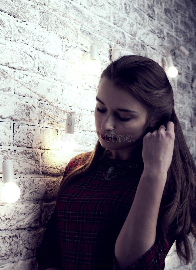 Femme de mannequin dans les lumières lumineuses, portrait de belle partie de fille avec le maquillage à la mode, coupe de cheveux photo stock