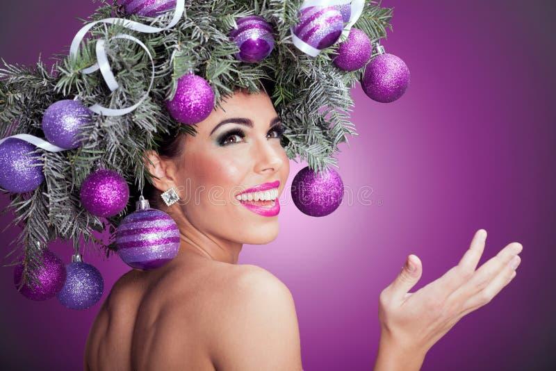 Femme de mannequin de Noël La coiffure de nouvelle année de Noël et font photos stock