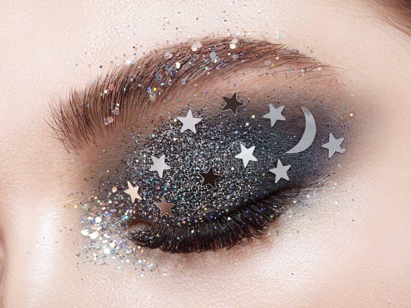 Femme de maquillage d'oeil avec les étoiles décoratives image stock