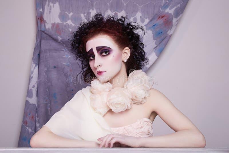 Femme de maquillage de clown en robe et fleurs de mariage photographie stock