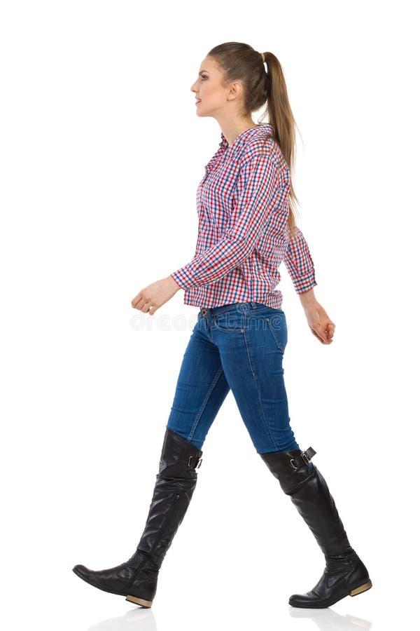 Femme de marche dans le bûcheron Shirt photo libre de droits