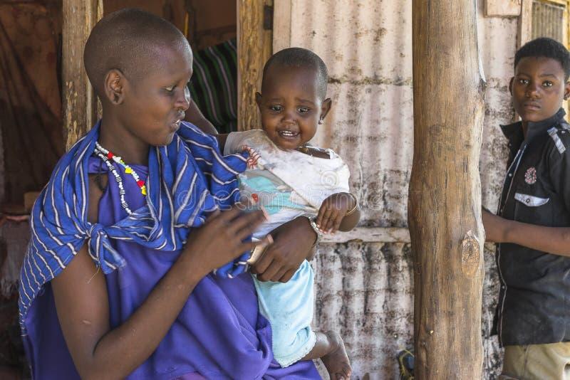Femme de masai avec le bébé images stock
