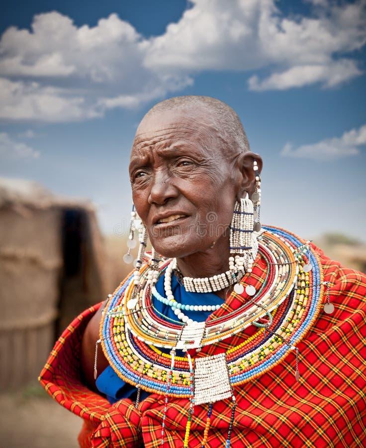 Femme de masai avec les ornements traditionnels tanzania image stock