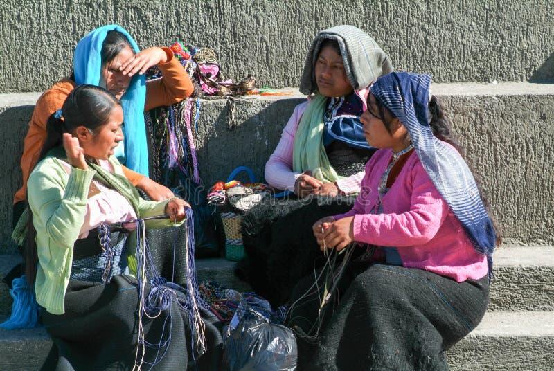 Femme de Maya s'asseyant et discutant au marché photo libre de droits