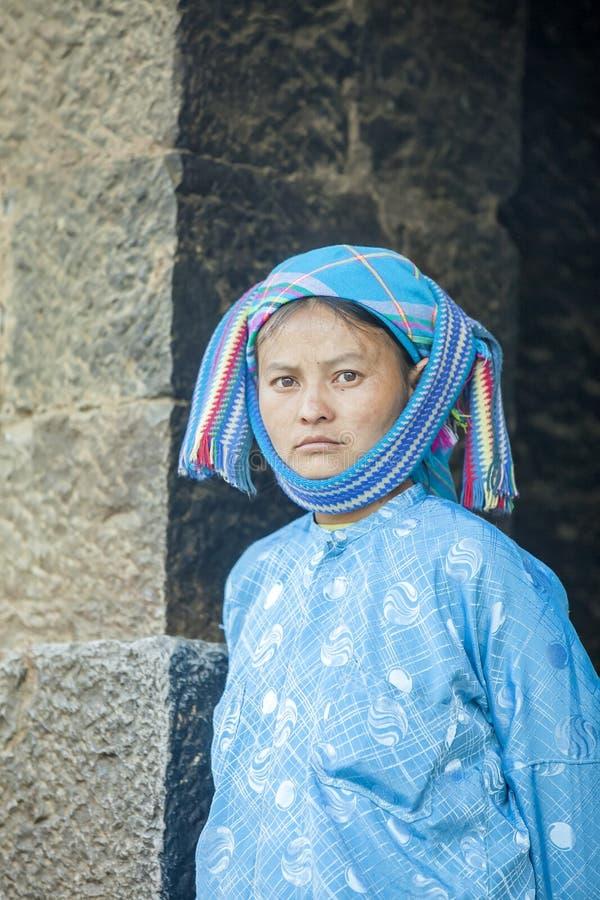 Femme de minorité ethnique, au vieux marché de Dong Van photographie stock libre de droits