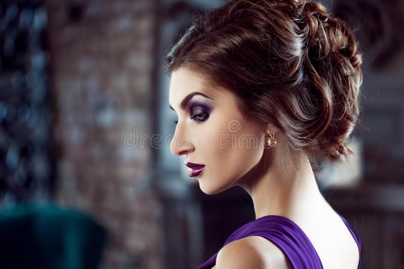 Femme de modèle de brune de beauté en égalisant la robe pourpre Maquillage de luxe et coiffure de belle mode image libre de droits