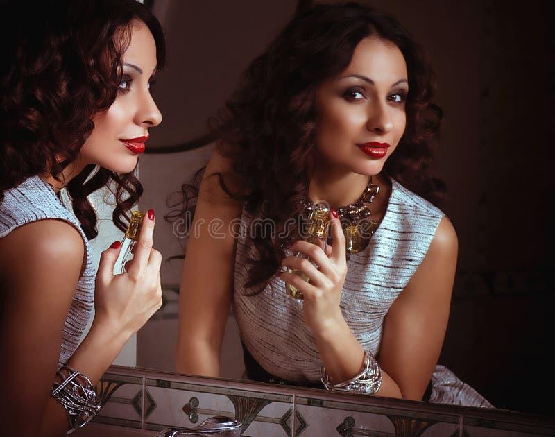 Femme de mode appliquant le parfum photographie stock libre de droits