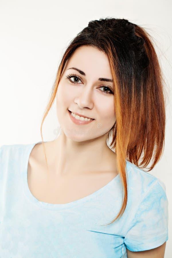 Femme de mode avec la coiffure de coloration photographie stock libre de droits