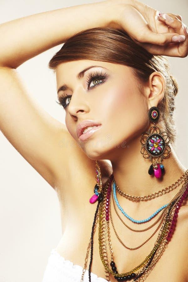 Femme de mode avec le bijou photographie stock libre de droits