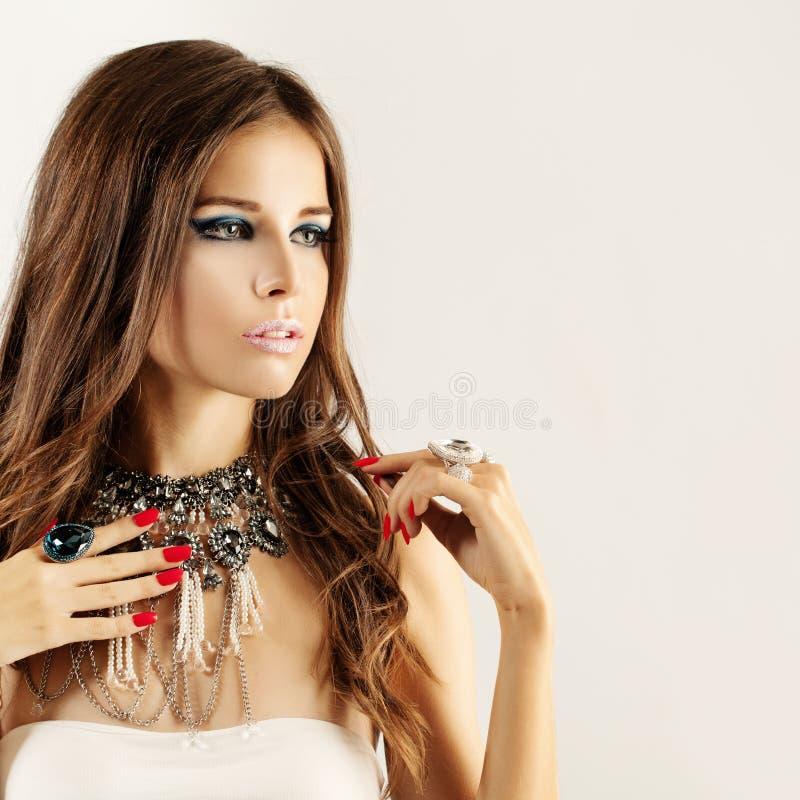 Femme de mode avec le maquillage bleu de couleur, ongles rouges de manucure image stock