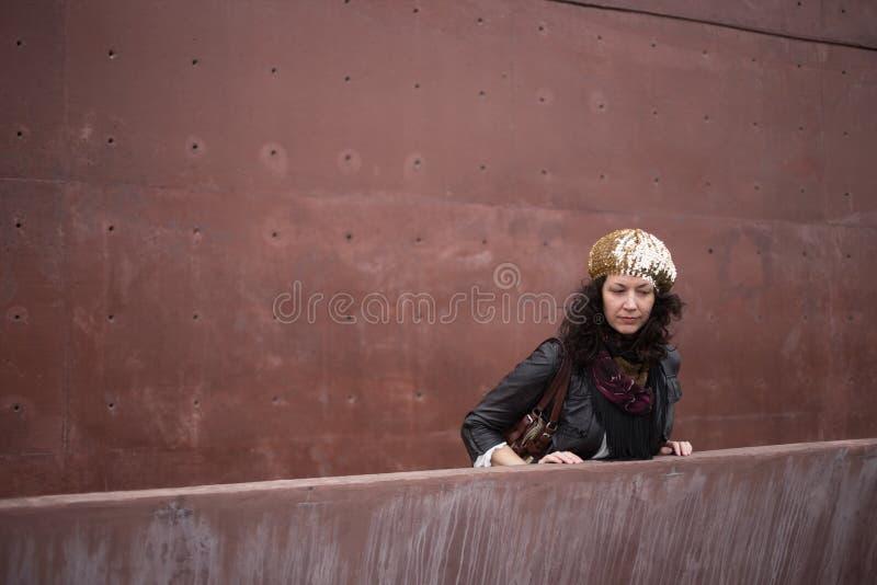 Femme de mode avec le mur de couleur de vin de Marsala image libre de droits