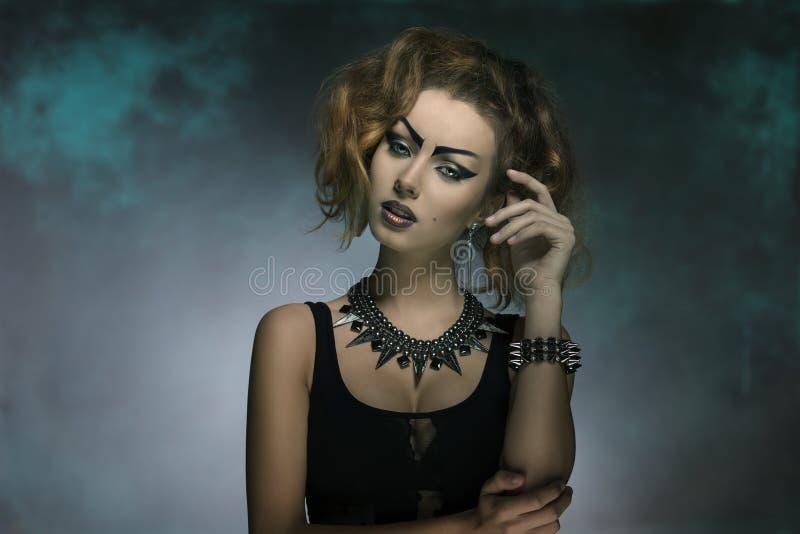Femme de mode avec le style créatif images stock