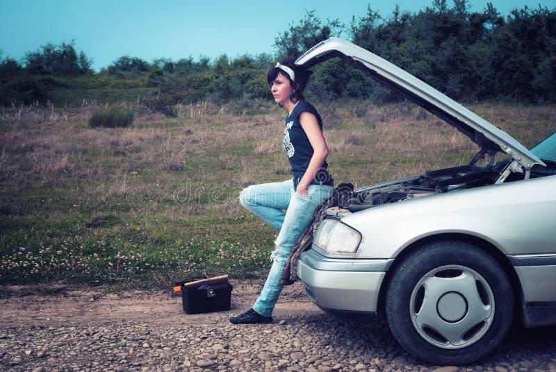 Femme de mode ayant des ennuis avec la voiture images stock