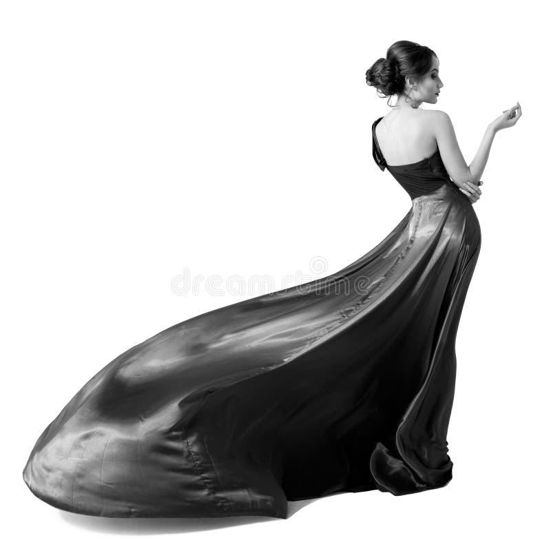Femme de mode dans la robe de flottement. Image de BW. D'isolement image stock