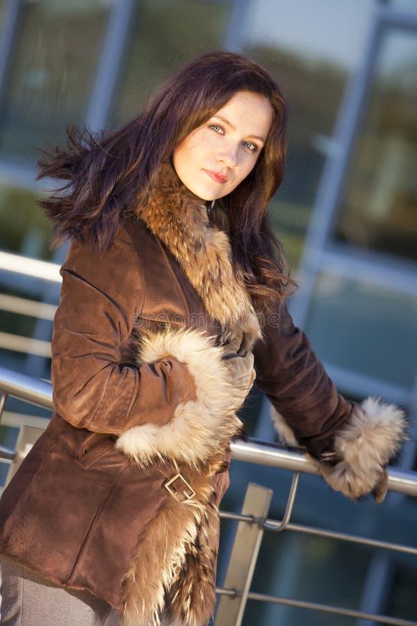 Femme de mode dans le manteau de fourrure image stock