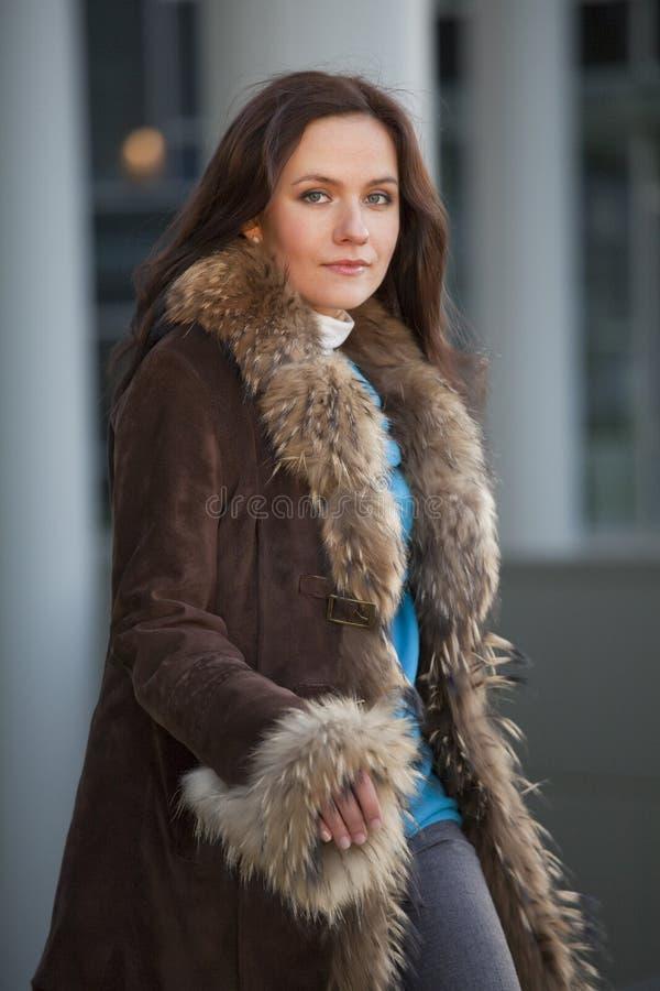 Femme de mode dans le manteau de fourrure sur la rue photographie stock libre de droits