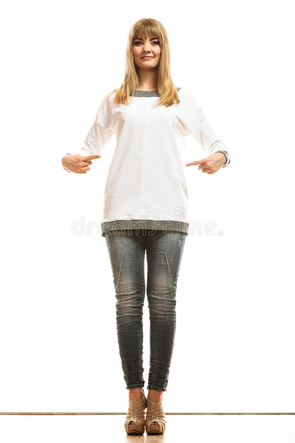 Femme de mode dans le T-shirt blanc vide images libres de droits