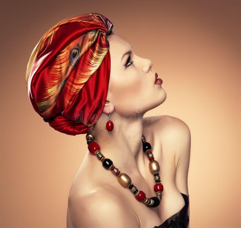 Femme de mode dans le turban images stock
