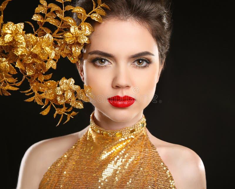 Femme de mode de beauté dans la robe d'or Languettes rouges Portrait de charme photographie stock libre de droits