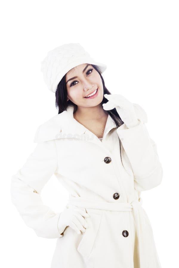 Femme de mode de l'hiver d'isolement au-dessus du blanc photographie stock