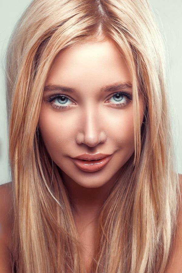 Femme de mode de portrait de beauté de charme jeune avec de longs cheveux blonds image libre de droits